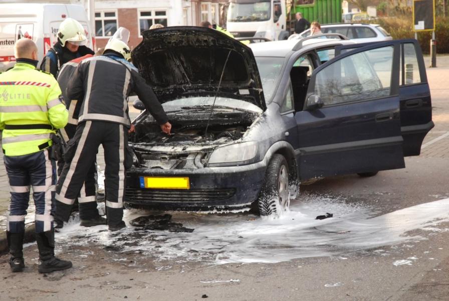 Motor van auto in brand