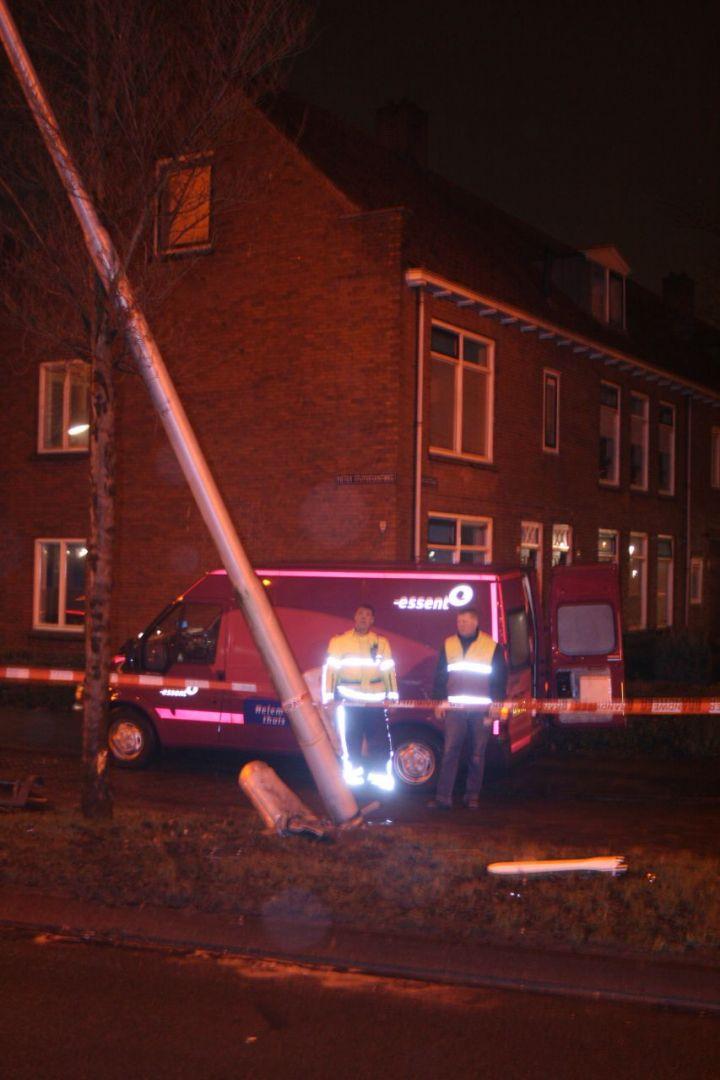 Mercedes botst tegen lantaarnpaal en boom