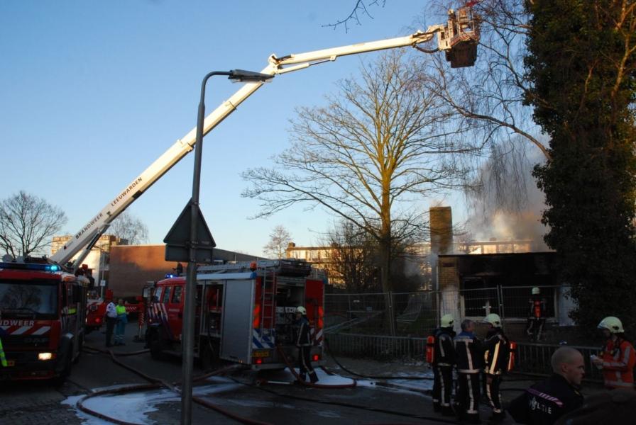 Hevige uitslaande brand in leegstaand schoolgebouw (Video)