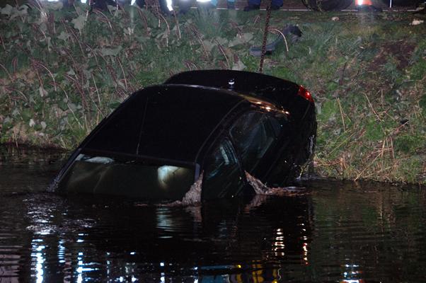 Auto te water, geen personen aangetroffen