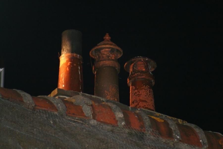 Schoorsteenbrandje bij woning met rieten dak
