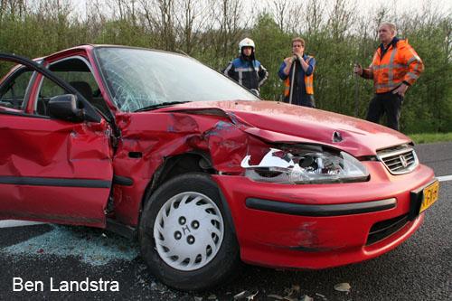 Auto botst achterop vrachtwagen