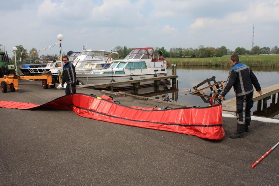 Heftruck en boot gaan kopje onder
