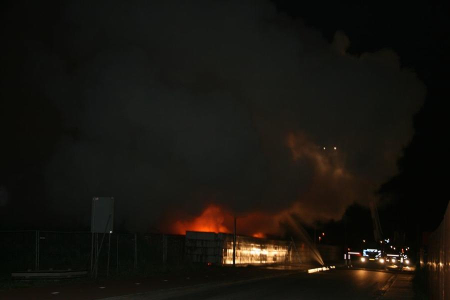 Vuurzee bij recyclingbedrijf (video)