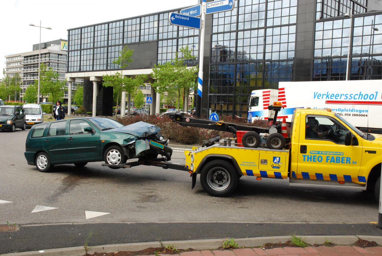 Aanrijding met vuilnisauto op rotonde