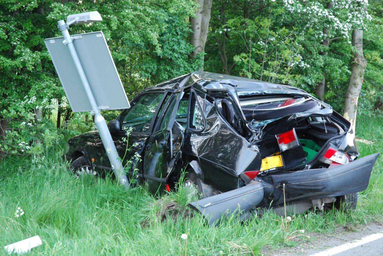 Auto botst achterwaarts tegen boom