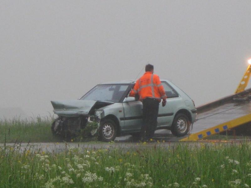 Auto botst tegen vangrail