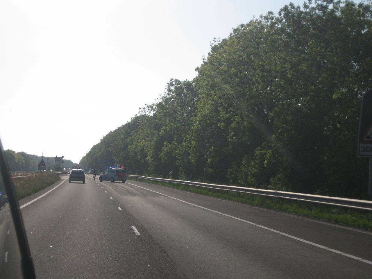 Auto botst achterop stilstaande auto's voor open brug
