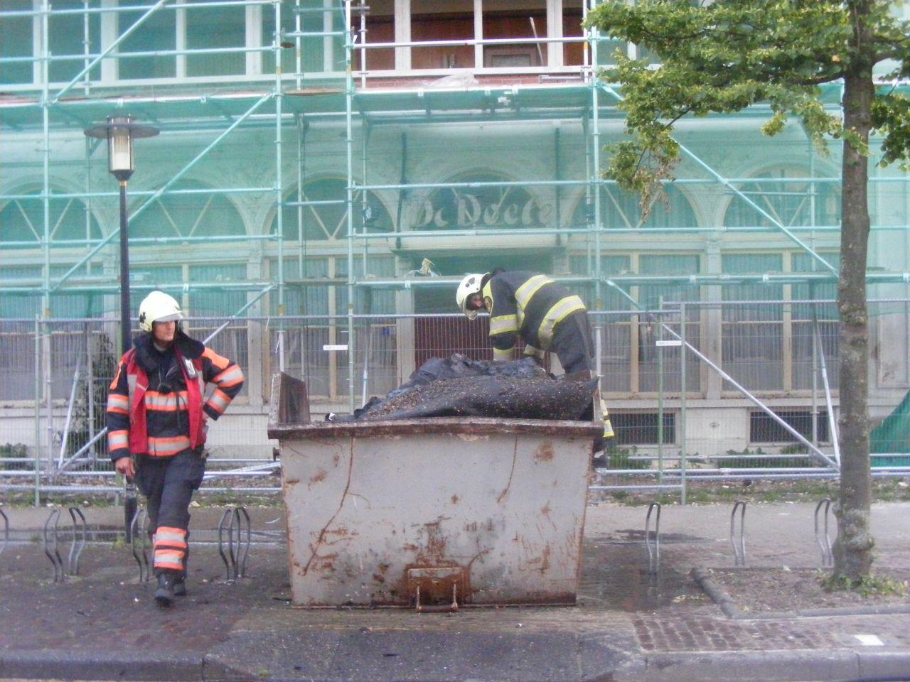 Container met sloop afval in brand