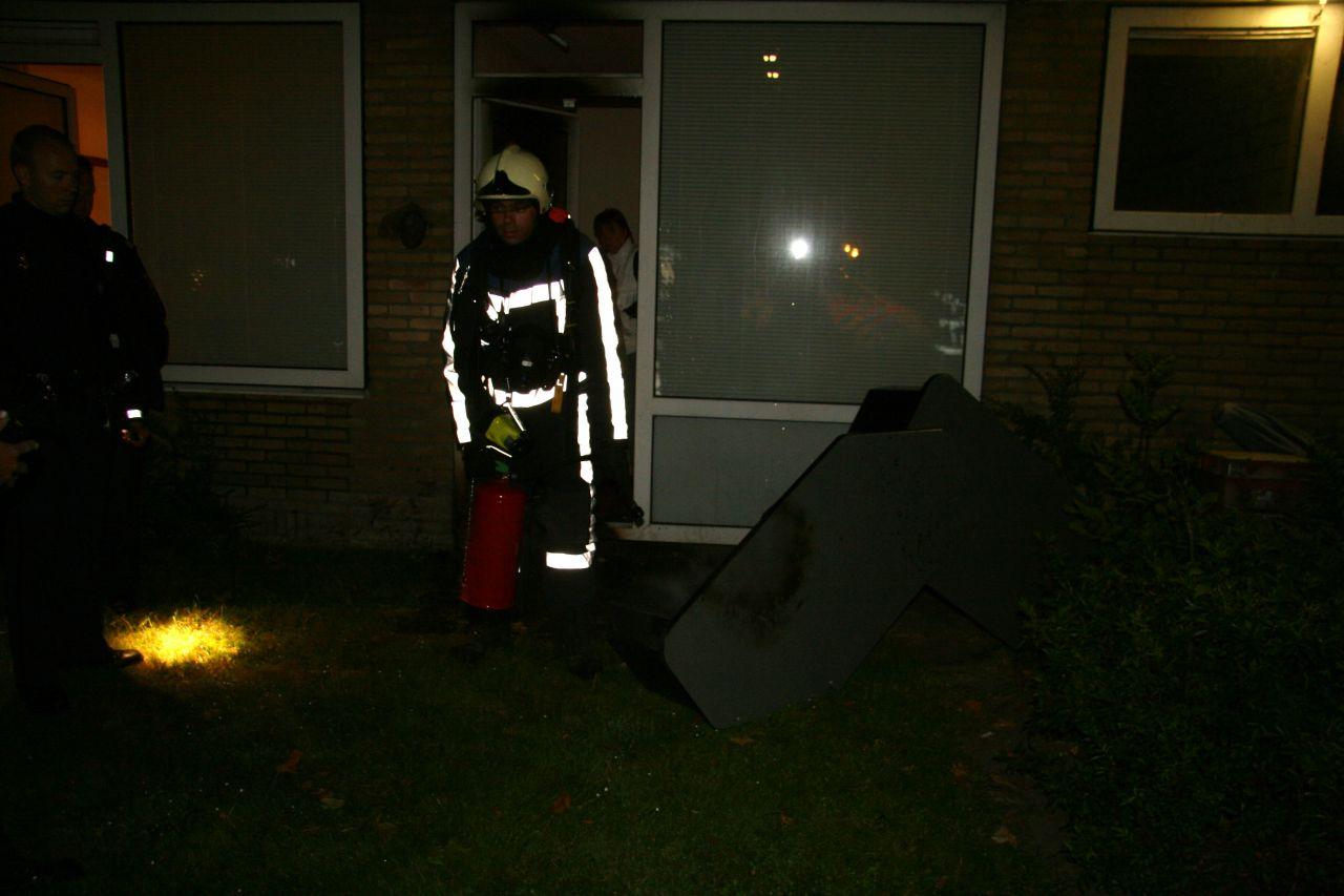 Brand bij achterdeur van woning