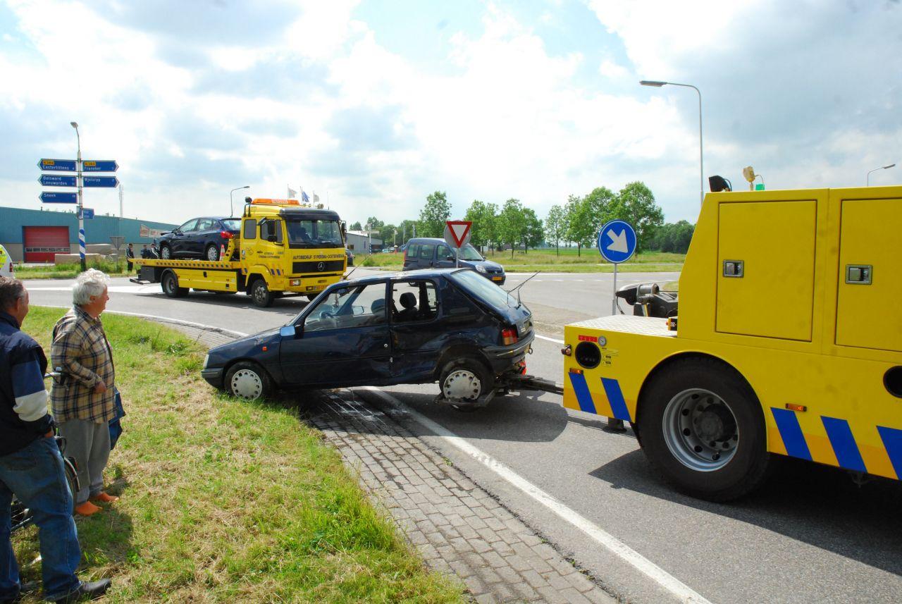 Auto belandt in sloot na aanrijding