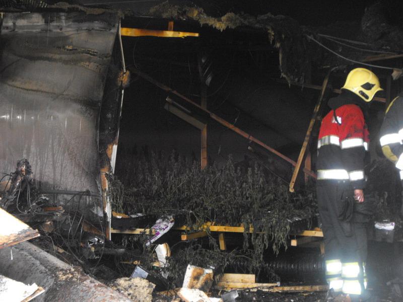 Uitslaande brand verwoest loods + *video*