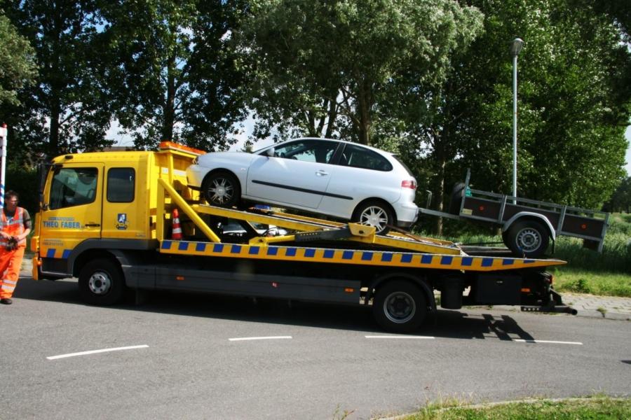 Kar vast aan auto na aanrijding