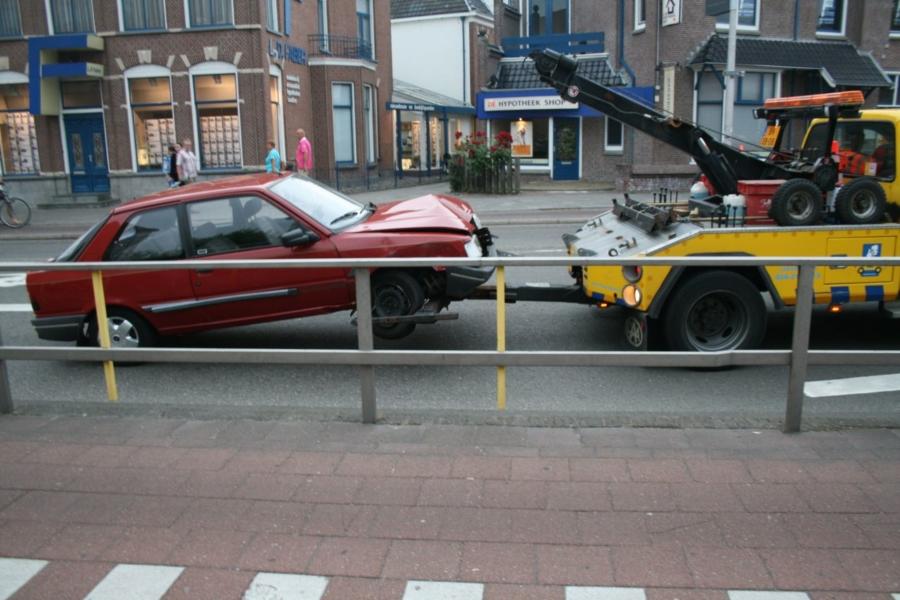 Auto rijd frontaal tegen reling