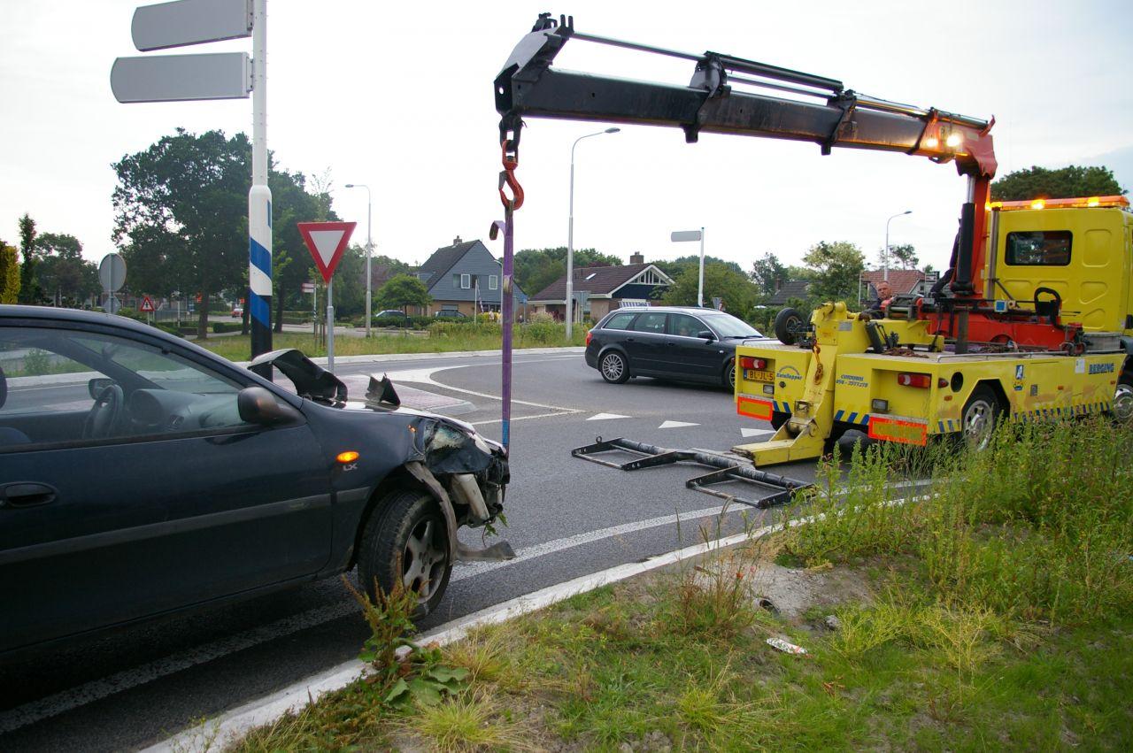 Auto botst op lantaarnpaal