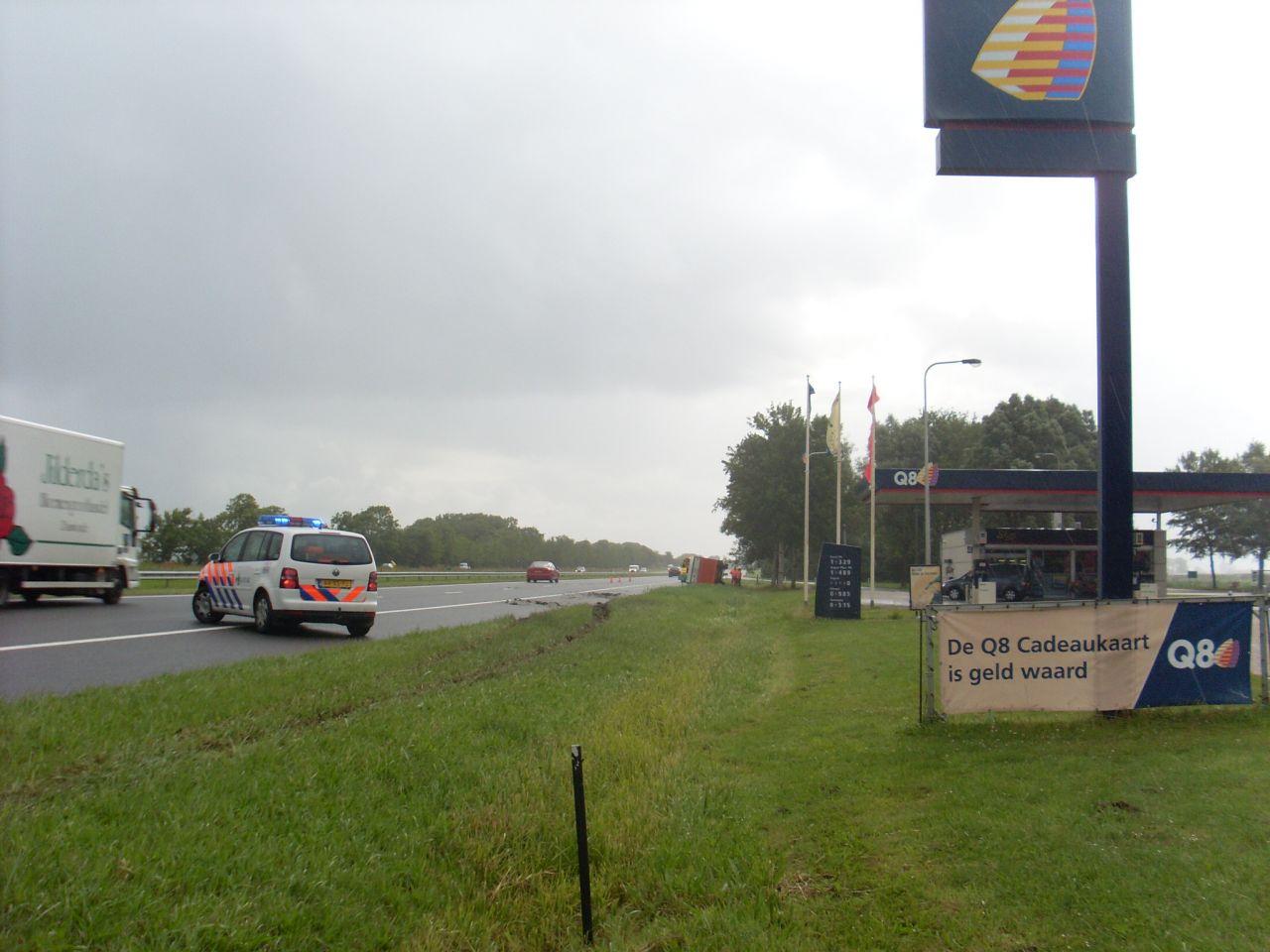 Vrachtwagen op zijkant op A31