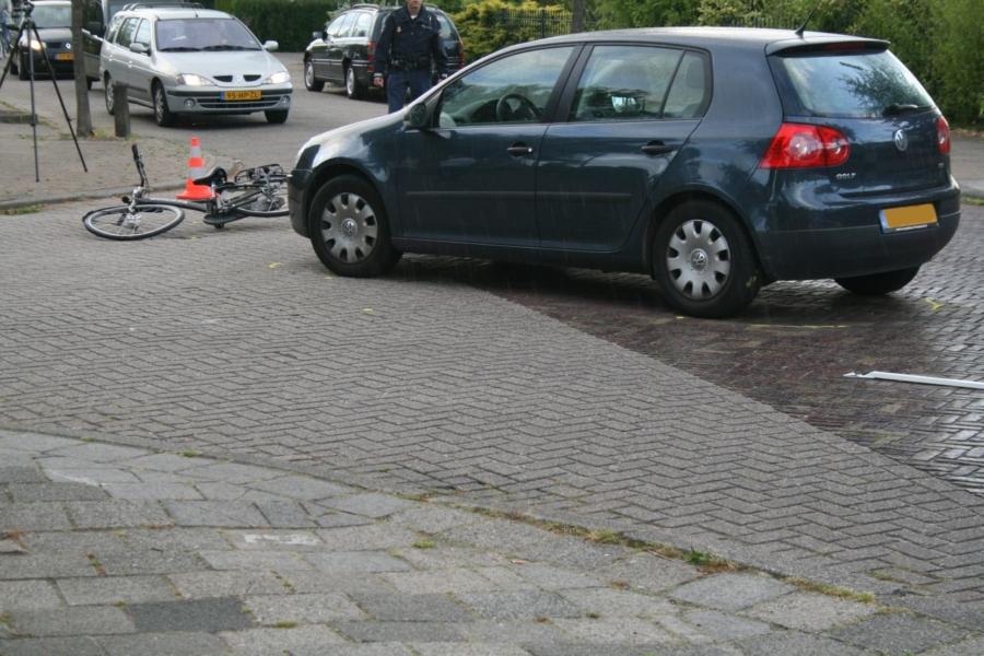 Fietsster beland onder auto na aanrijding