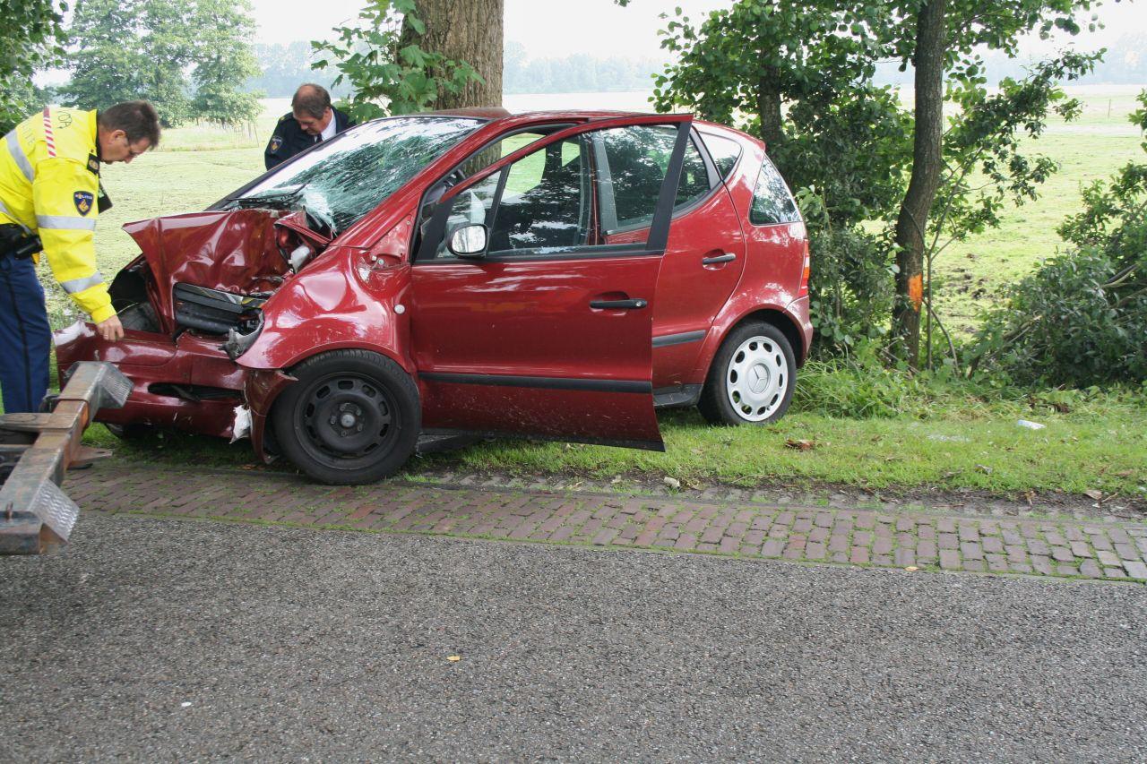 Traumaheli ingezet bij auto tegen boom