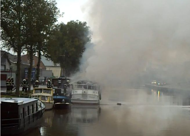 Schip in brand in Dokkum