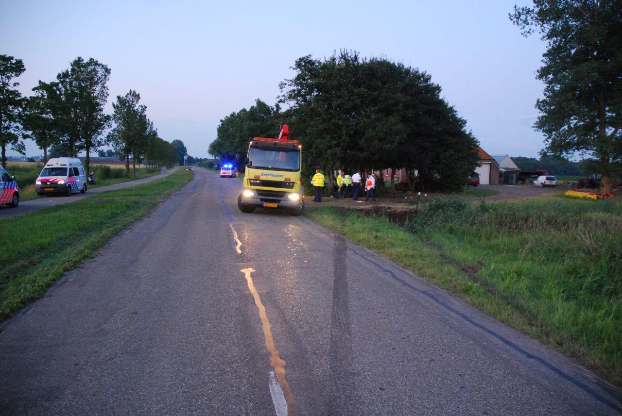 Auto tegen boom Dyksterhuzen