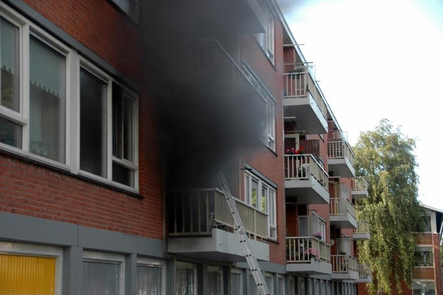 Man door brandweer van balkon gered