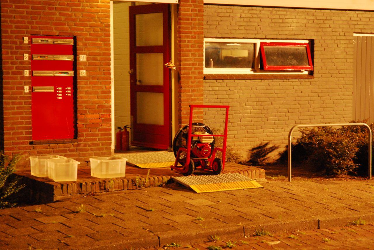 Brand in trappenhuis: bewoners met hoogwerker geëvacueerd