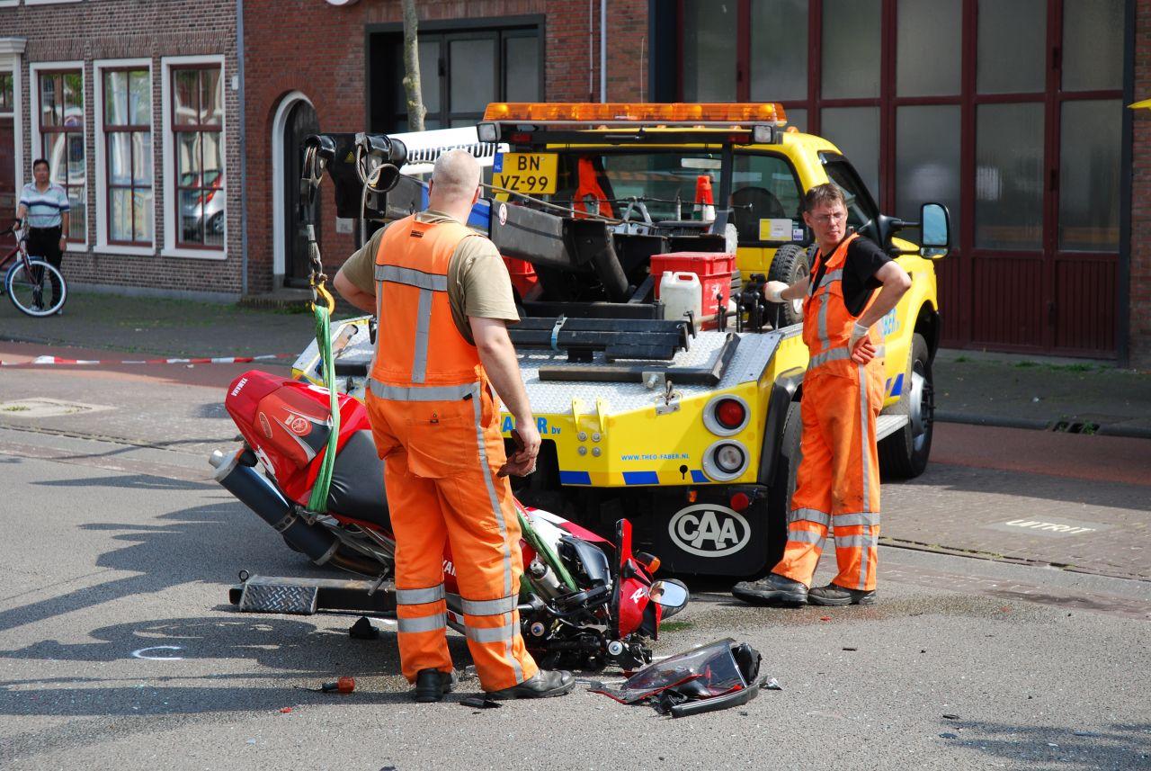 Motor botst tegen zijkant auto
