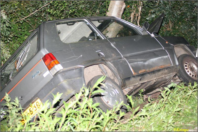 Auto tegen boom in greppel, geen gewonden