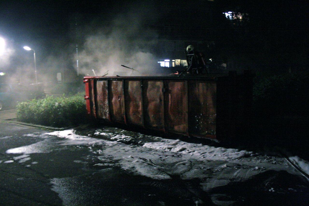 Brandweer drie keer naar brandende container