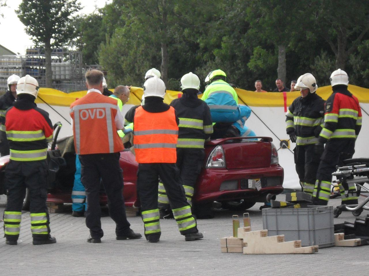 Auto slaat over de kop: passagier bekneld