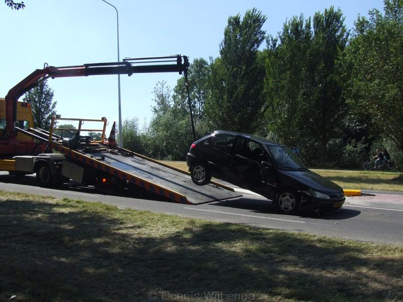 Auto botst op paal in middenberm