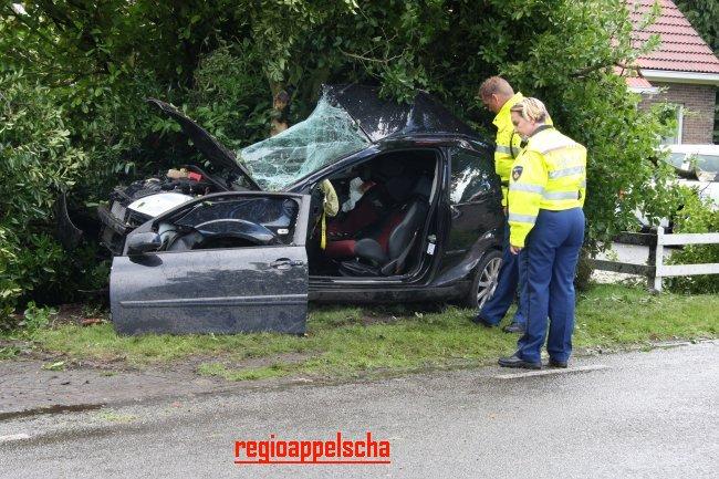 Auto zijwaarts tegen boom, bestuurder zwaar gewond