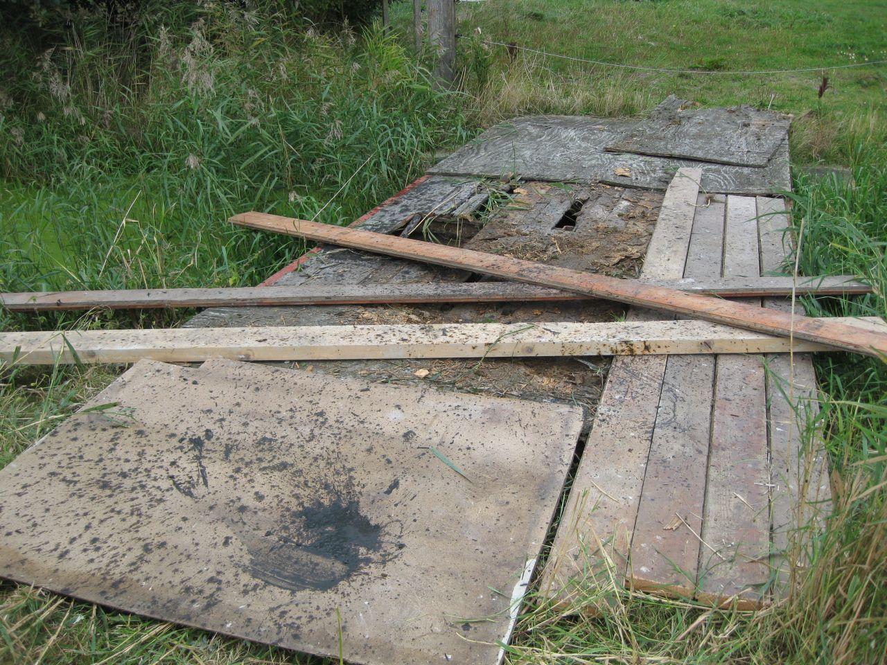 Fries paard zakt door houten brug