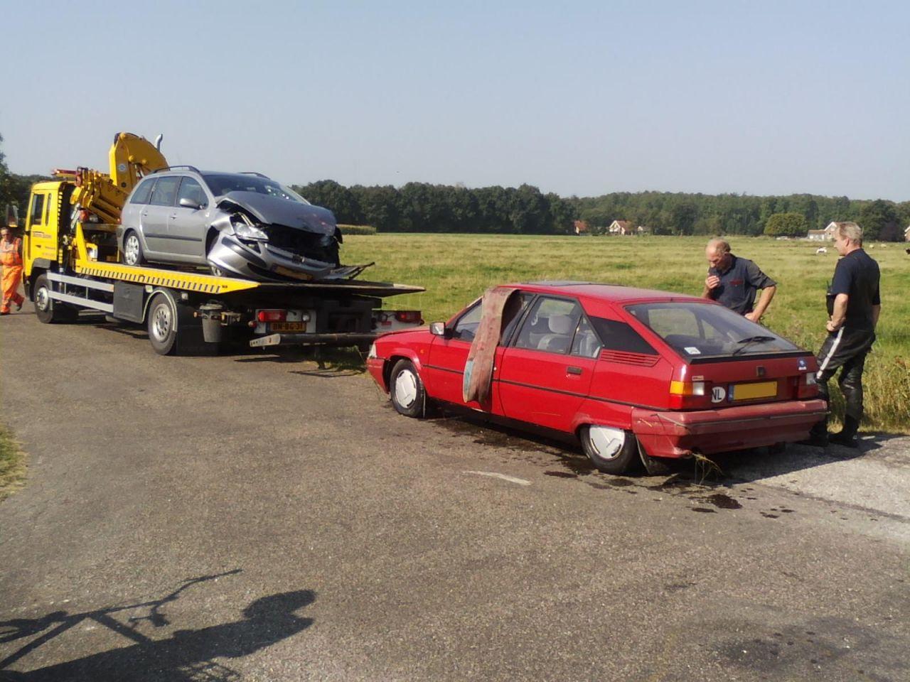 Auto in sloot na frontale aanrijding
