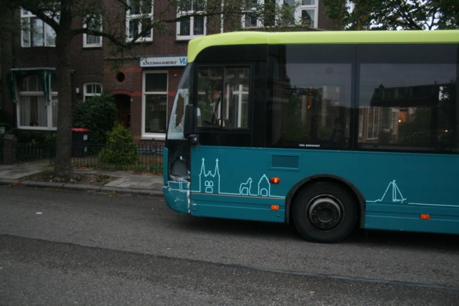 Auto botst op bussen *Foto update*