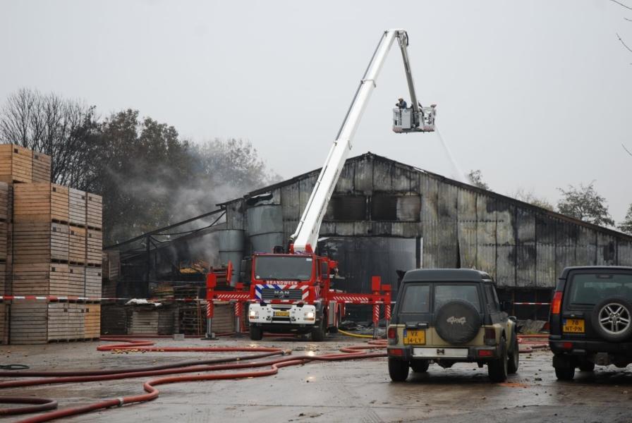 Loods door brand verwoest