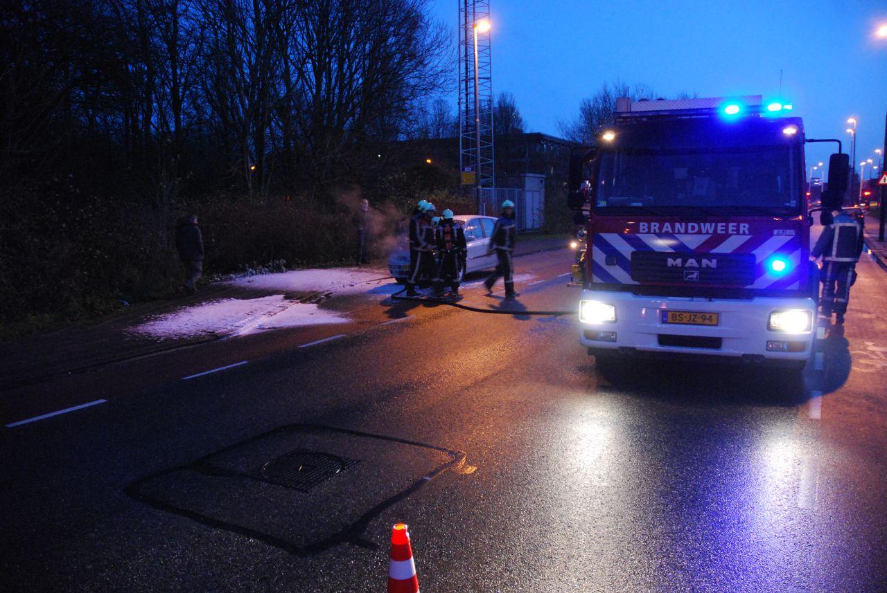 Auto vat vlam tijdens rijden