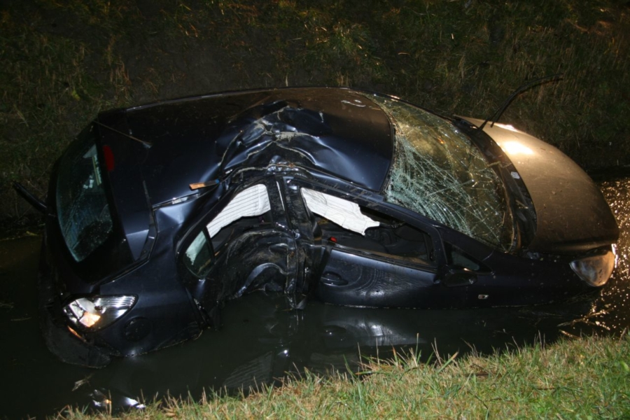 Auto te water na ongeval A31 (video)
