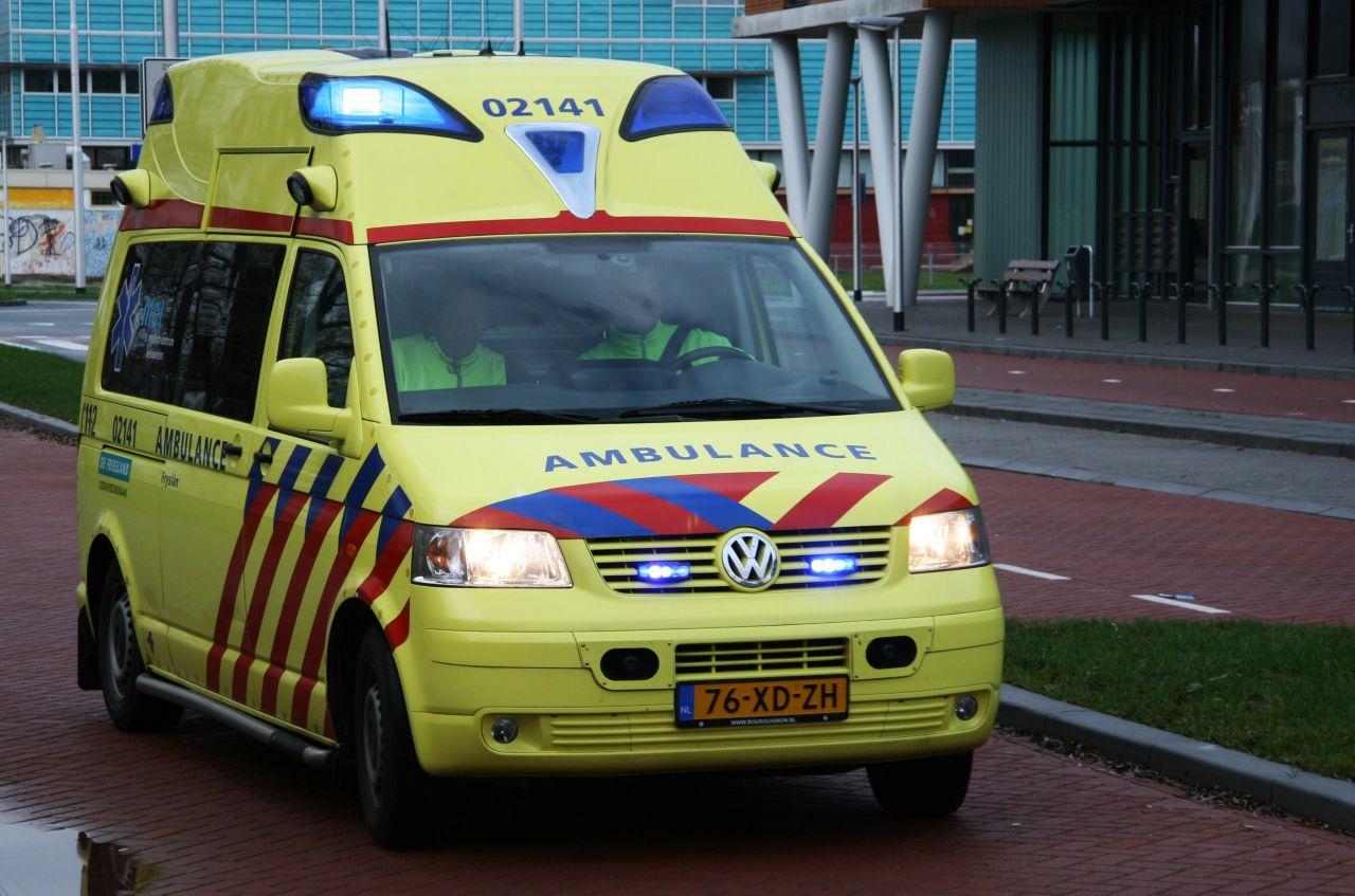 Ambulancepersoneel vast in lift