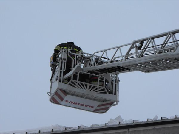 Brandweer haalt sneeuw van loopbrug