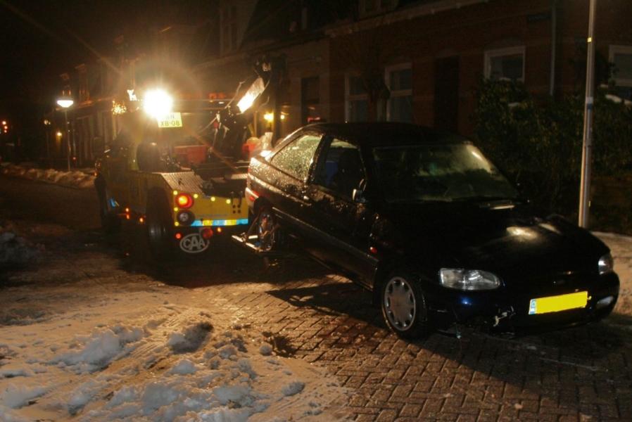 Hulpdiensten rukken uit voor auto te water (video)