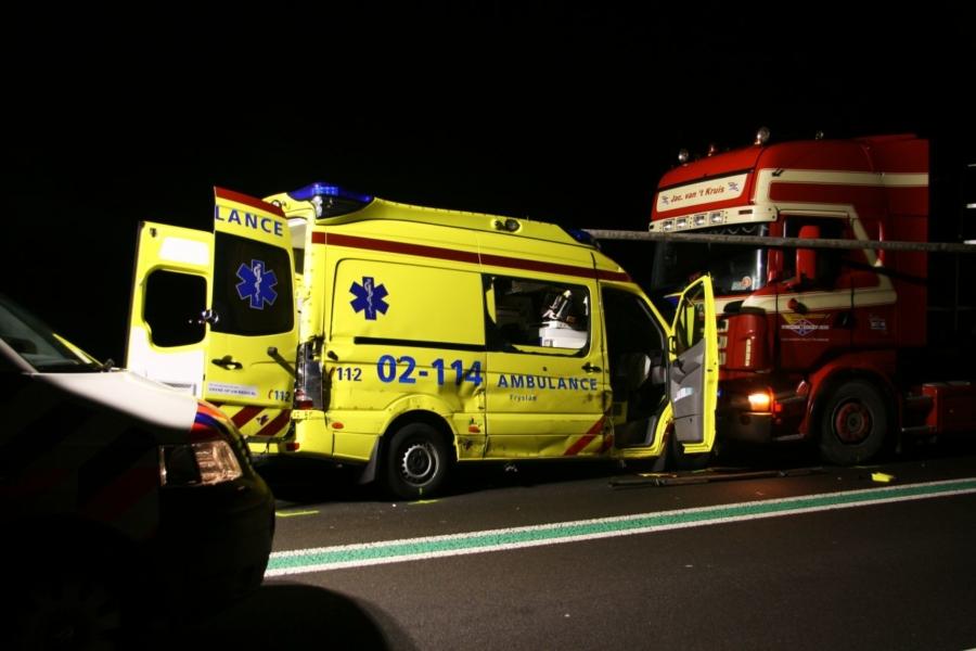 Drie vrachtwagens, ambulance en auto betrokken bij ernstig ongeval (video)