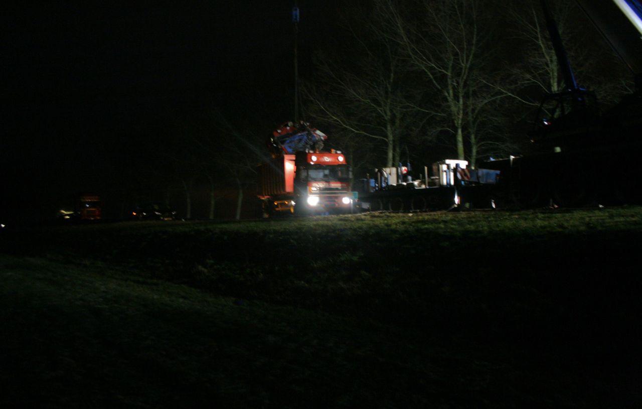 Vrachtwagens en ambulance geborgen (video)