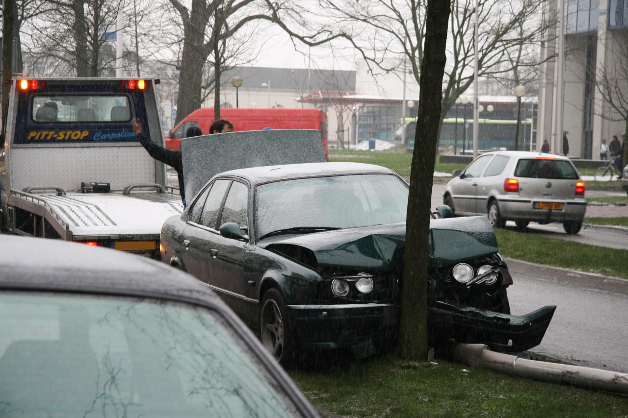 BMW ramt lantaarnpaal en boom