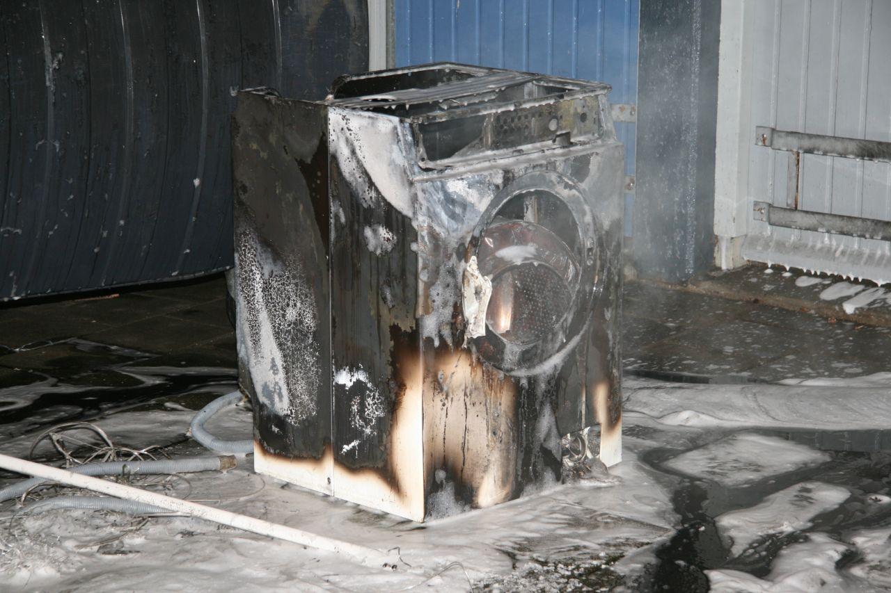 Brand in berging van flat door wasmachine (video)