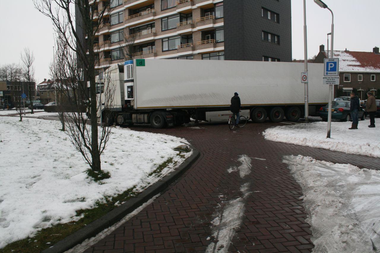 Vrachtwagen haalt bocht niet
