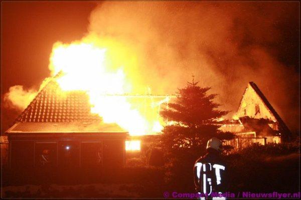 Grote brand verwoest leegstaande woonboerderij