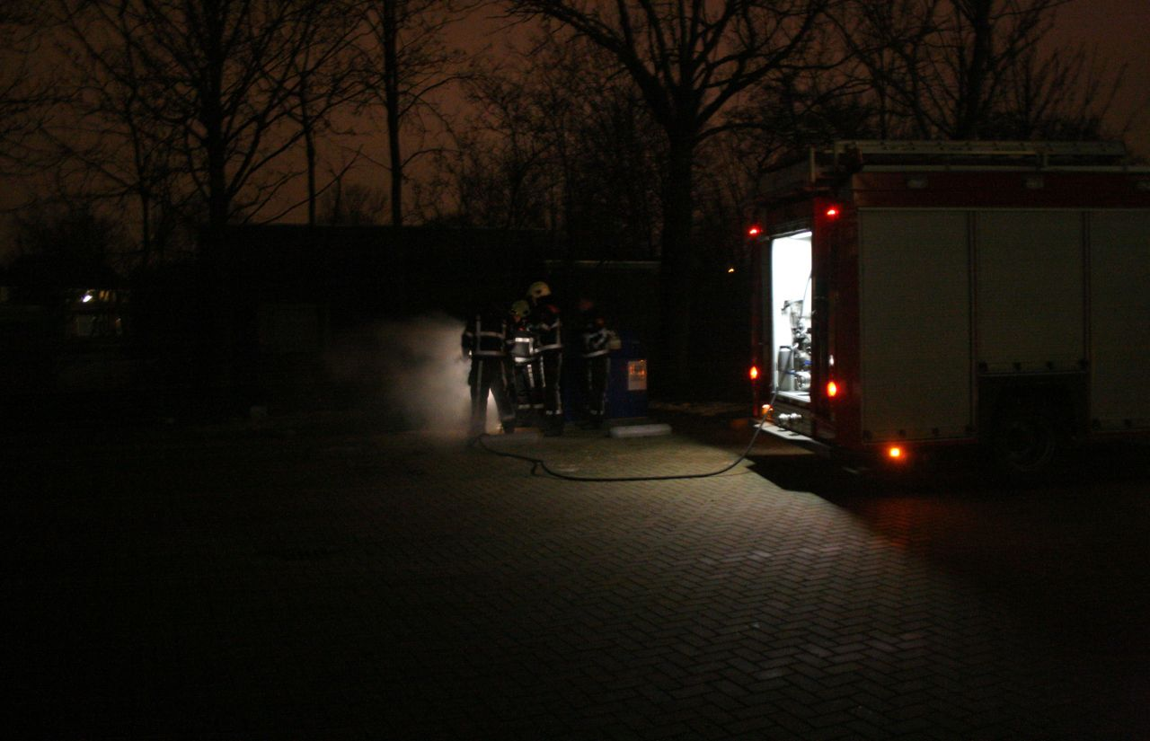 Container achter school in brand
