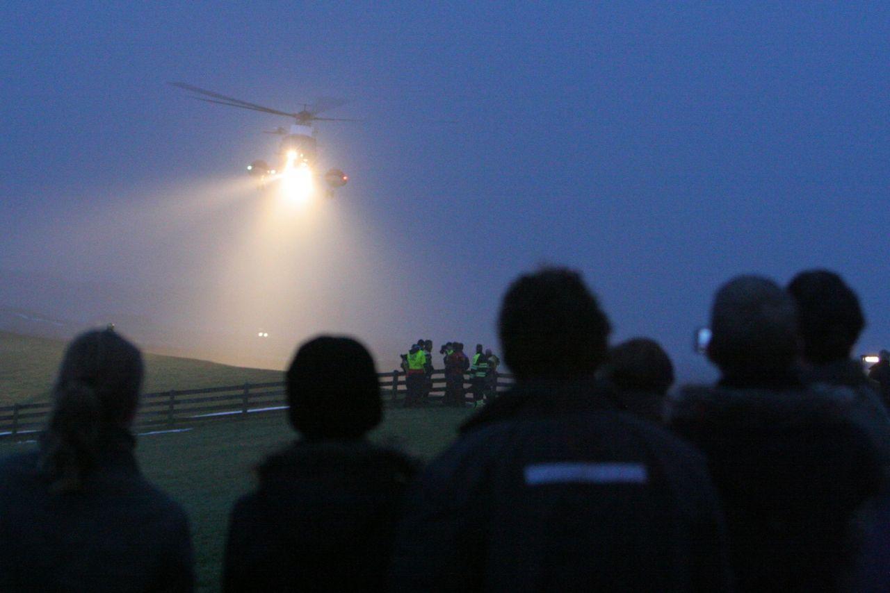 Helikopter haalt echtpaar van IJselmeer (Foto update)