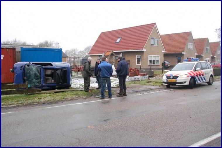Auto op zijn zij na ongeval